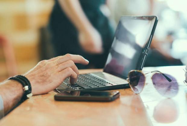 sunglasses-hand-smartphone-desk